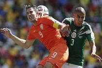 Robin van Persie z Nizozemska (vlevo) a Carlos Salcido z Mexika.