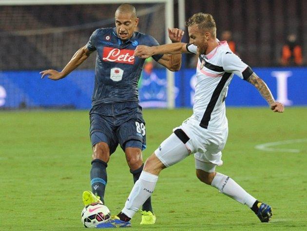 Fotbalisté Neapole (v tmavém) proti Palermu.