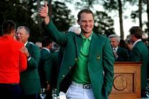 Golfista Danny Willett se zeleným sakem pro vítěze Masters v Augustě.