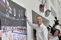 Oslavy patnáctého výročí triumfu českých hokejistů na olympijských hrách v Naganu ve Veletržním paláci. Dominik Hašek otiskuje svou dlaň na fotografii vítězů.