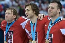 Čeští hokejisté (zleva) Petr Tenkrát, Michael Frolík a David Krejčí se radují z bronzových medailí na mistrovství světa.
