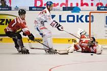 Vladimír Kameš (uprostřed) se snaží prosadit proti Kanadě ve čtvrtfinále MS v inline hokeji.