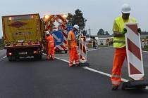 Silničáři uzavírají dálnici D1 v úsecích mezi Loktem na Benešovsku a Hořicemi na Pelhřimovsku, kde začne 5. července večer bourání několika mostů. Řidiči budou muset využít objížďky.