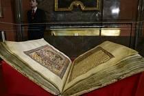 Pracovníci Národní knihovny vystavili 31. ledna originál Vyšehradského kodexu v Zrcadlové kapli pražského Klementina. Již časně ráno si památku z konce 11. století přišli prohlédnout první návštěvníci.