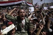 K masové demonstraci proti režimu prezidenta Alího Abdalláha Sáliha se v úterý na centrálním náměstí v jemenské metropoli Saná shromáždily tisíce lidí.