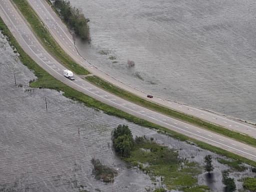Rozvodněná americká řeka Missouri prolomila ochrannou hráz a hrozí, že zaplaví město Hamburg na jihozápadě státu Iowa.