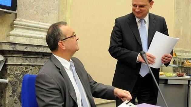 Ministr financí Miroslav Kalousek (vlevo) a premiér Petr Nečas v úterý 7. prosince 2010 v Praze před večerním jednáním vlády.