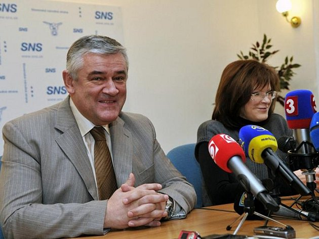 Kontroverzní předseda vládní Slovenské národní strany Ján Slota kritizoval bojeschopnost slovenské armády. Její velení označil za neschopné a tvrdil, že maďarská armáda naopak usilovně nacvičuje přechod hraničních vodních toků mezi oběma zeměmi.