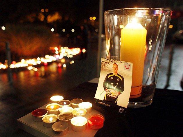 Německo zasáhla zpráva o smrti jejich fotbalové reprezentační jedničky Roberta Enkeho.