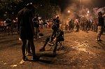 Rvačky, rabování a slzný plyn. Oslavy fotbalového titulu se ve Francii zvrtly