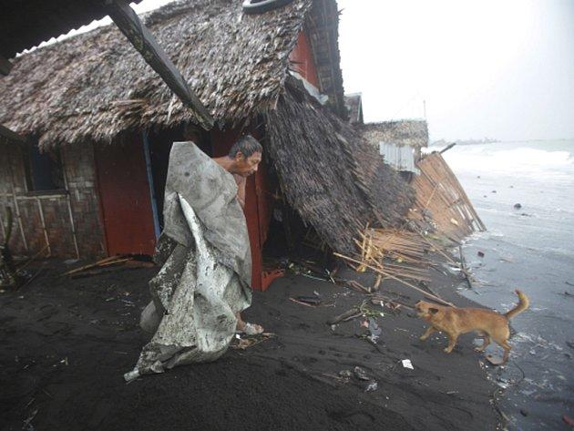 Nejméně 21 mrtvých si podle nejnovější bilance vyžádal tajfun Hagupit, který o víkendu zasáhl centrální část Filipín.
