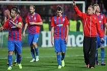 Zklamaný Tomáš Hořava z Plzně (uprostřed) po prohře s Manchesterem City.