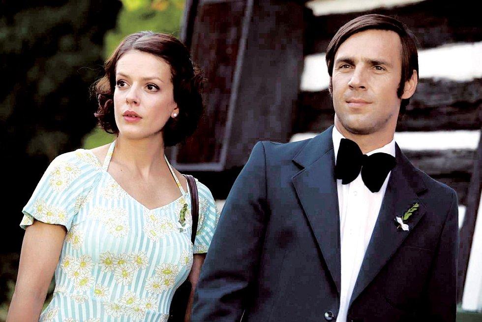 V seriálu Vyprávěj s filmovým manželem v podání Romana Vojtka.