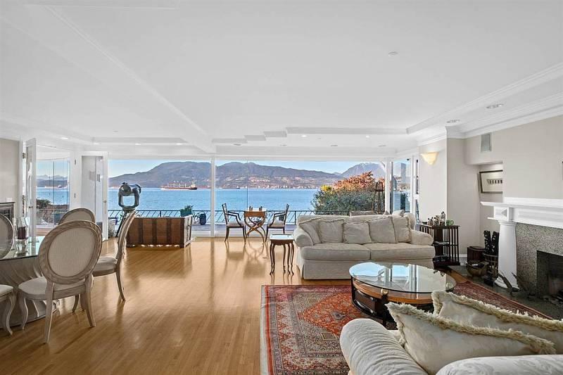 Dům se pyšní velkým obývacím pokojem s kuchyní.