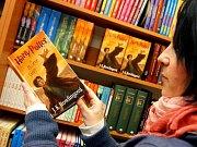 I knihkupectví v Hradci Králové začala nabízet poslední díl ságy o Harry Potterovi