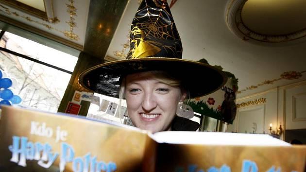 V domu knihy Kanzelsberger v Praze se konal zábavní program k uvedení českého vydání posledního dílu série britské spisovatelky Rowlingové Harry Potter a Relikvie smrti