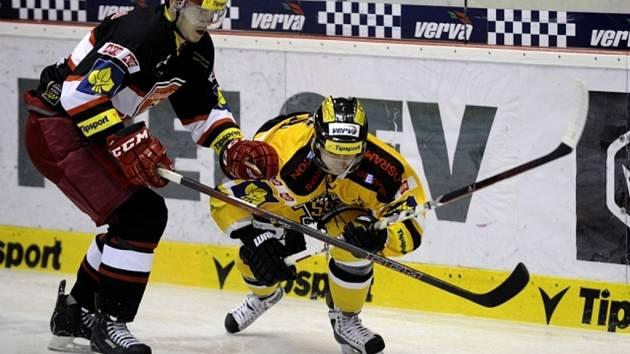 Vlevo Karel Plášil z Hradce Králové a vpravo Richard Rapáč z Litvínova v utkání 19. kola hokejové extraligy.