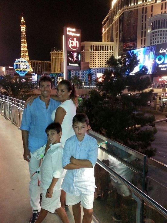 Alena se svými syny a přítelem Alessandrem.