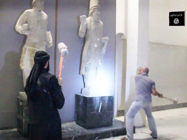 Radikálové z organizace Islámský stát (IS) vypálili knihovnu v iráckém Mosulu. Mezi jejími exponáty bylo 8000 velmi vzácných svazků.