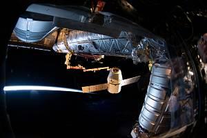 Zásobovací loď Dragon soukromé společnosti SpaceX připojená k Mezinárodní vesmírné stanici.