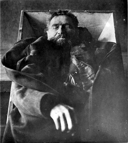 Karl Denke po sebevraždě na posmrtném snímku