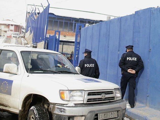 Kosovští policisté před úřadovnou Evropské unie v Prištině.