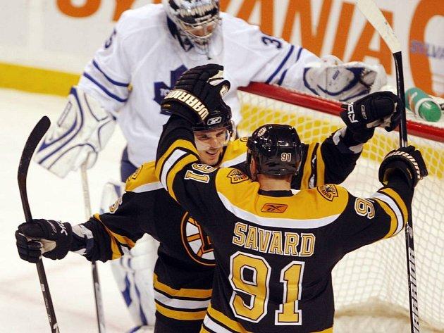 K prvnímu hattricku v NHL přispěchal Davidu Krejčímu pogratulovat Marc Savard.