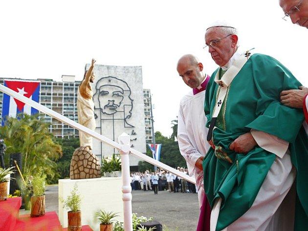 Papež František dnes odsloužil svou první mši na Kubě na havanském náměstí Revoluce, v politickém centru země, jemuž vévodí portréty Ernesta Che Guevary a dalších mrtvých vůdců komunistické revoluce.