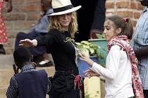 Zpěvačka Madonna navštívila v Malawi sirotčinec.