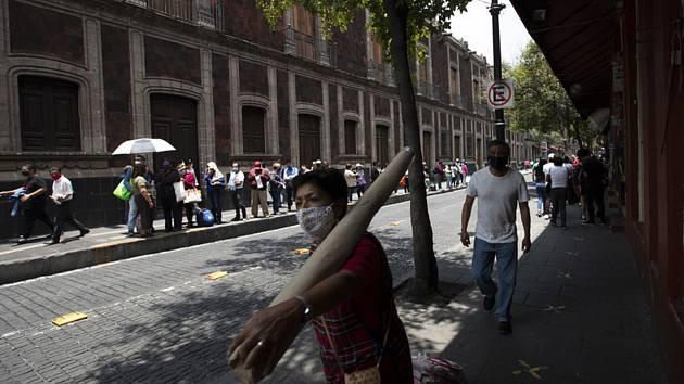 Lidé s rouškami na ulici mexické metropole, 30. července 2020.