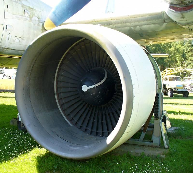 MOTOR Z JUMBA. Proudový motor z Boeingu 747, neboli Jumba, je vystavený ve speciálním oddělení. Zájemci se u něj mohou vyfotit, aby porovnali jeho velikost s člověkem