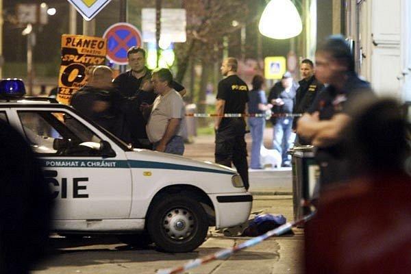 V centru Chomutova došlo dnes po 19. hodině k přestřelce s tragickými následky. Zemřeli při ní dva lidé, z toho jeden byl policista.