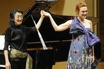 Mezzosopranistka Magdalena Kožená (vpravo) vystoupila za doprovodu japonské pianistky Micuko Učida 16. května v Praze v rámci hudebního festivalu Pražské jaro.