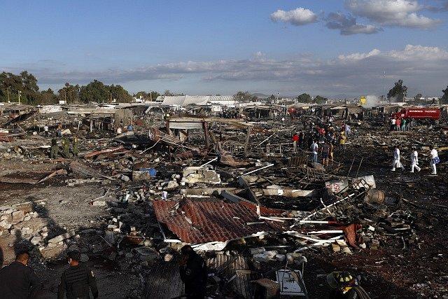 Nejméně 36 lidí zemřelo po úterní sérii výbuchů na tržišti s pyrotechnikou poblíž mexické metropole.