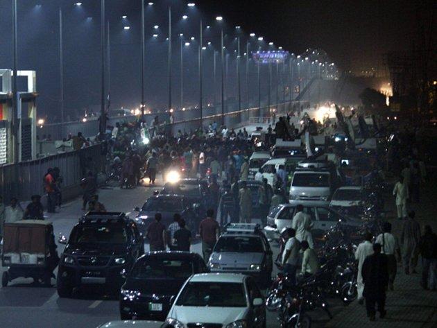V Pákistánu pokračují už dva týdny protesty, které požadují odstoupení premiéra Naváze Šarífa. O víkendu se do té doby poklidné demonstrace zvrhly v násilí, při němž zemřeli nejméně tři lidé a stovky dalších byly zraněny.