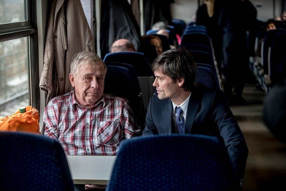 Prezidentská debata ve vlaku Deníku 20. listopadu na cestě z Prahy do Ústí nad Labem. Marek Hilšer