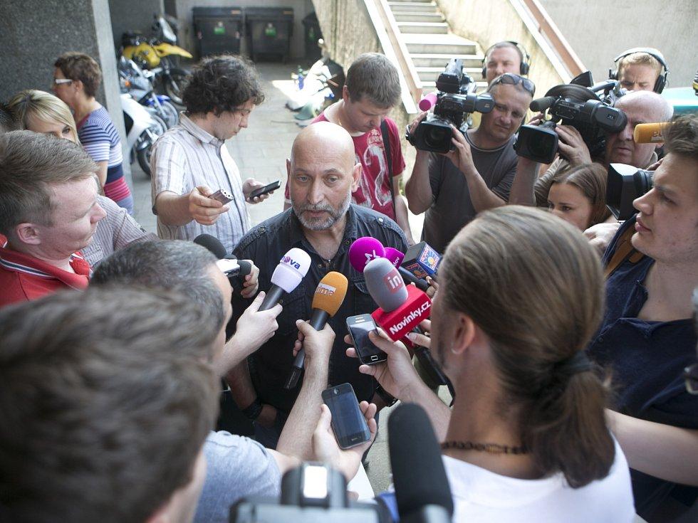 Mluvčí ÚOOZ Pavel Hanták vystoupil před novináři a informoval o zatýkání na Úřadu vlády.