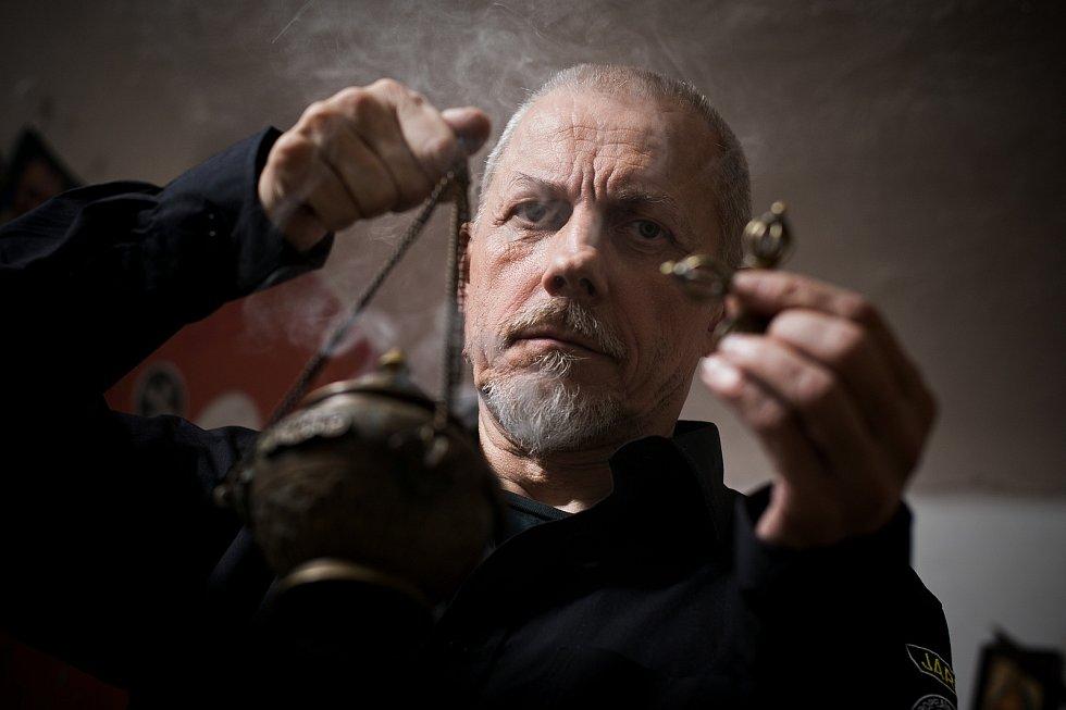 Při liturgickém rituálu odvedení entit do světla používá Jaroslav Drábek po vzoru předků kadidlo.