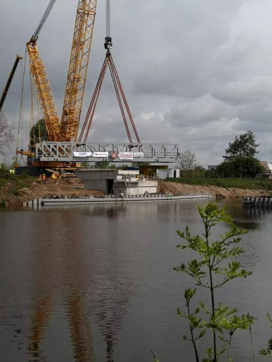 Osazování zdvižného železničního mostu v Lužci nad Vltavou.