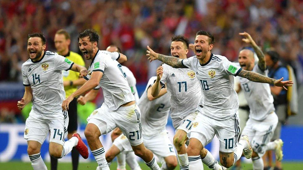 Rusové slaví penaltovou výhru nad Španělskem.