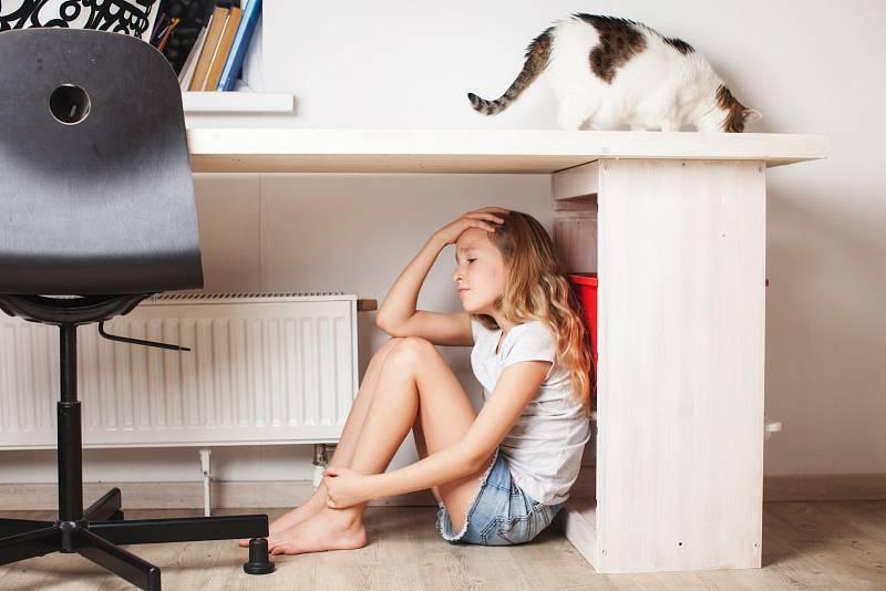 Absence školní výuky a setkávání se spolužáky děti obtížně snášejí.