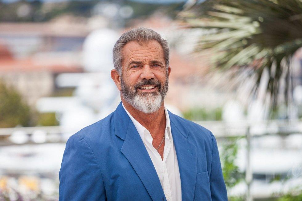 Mel Gibson se přes různé skandály vrátil na výsluní. Dopomohlo mu k tomu i ocenění z karlovarského filmového festivalu v roce 2014.