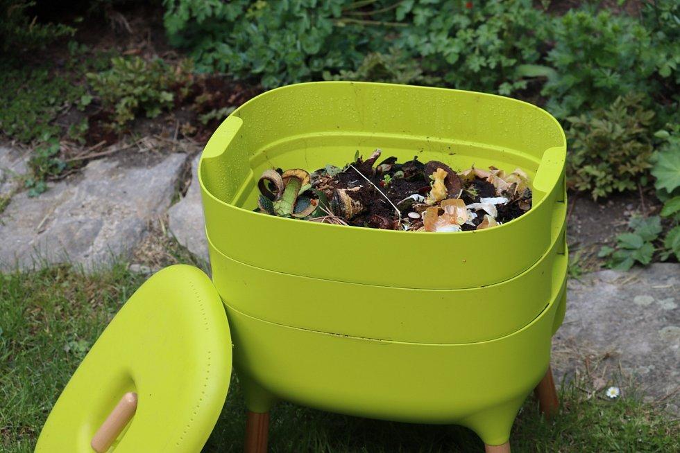 """Nádoba na organický odpad, žížaly ho konzumují a postupně  tak """"vyrábějí"""" humus."""