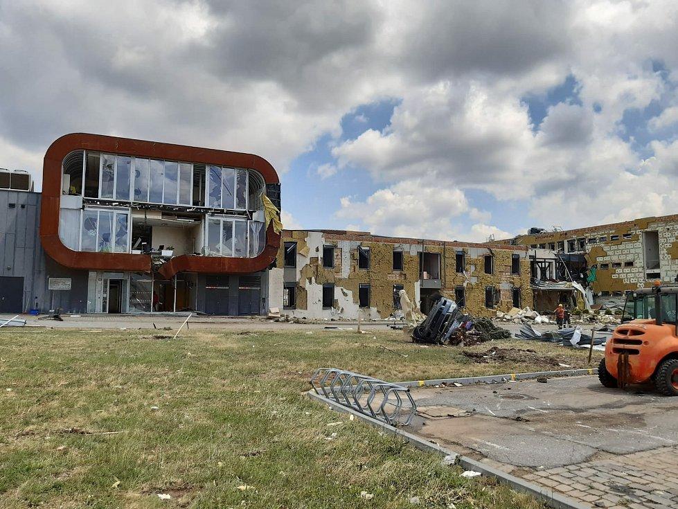 Tornádem způsobené škody v areálech MND v Lužicích.