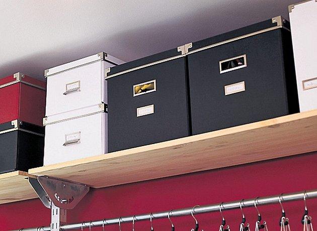 POŘÁDEK VE SKŘÍNI udržují praktické krabice.