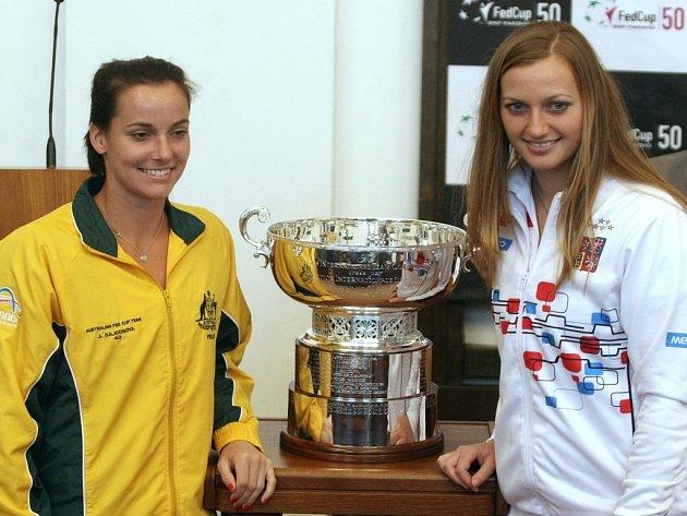 Petra Kvitová (vpravo) a Jarmila Gajdošová z Austrálie při losu prvního kola Fed Cupu.