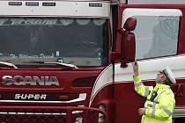 Policista v hrabství Essex na jihovýchodě Anglie u kamionu, ve kterém bylo nalezeno 39 mrtvých těl (snímek z 23. října 2019)