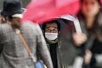 Muž s ochrannou maskou na ulici v Düsseldorfu