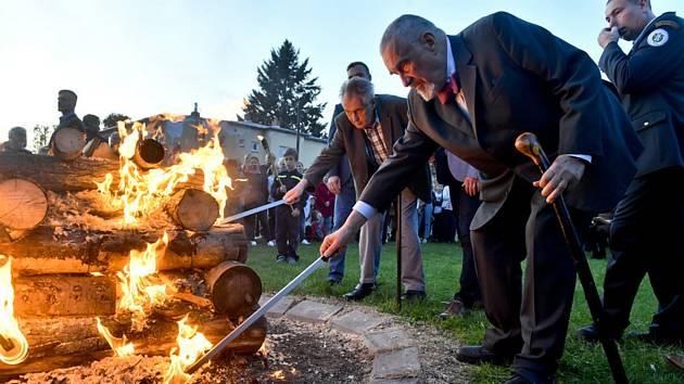 Prezident Miloš Zeman (vlevo) a bývalý ministr zahraničních věcí a čestný předseda TOP 09 Karel Schwarzenberg zapálili 14. září 2019 v Lánech na Kladensku Masarykovu vatru u příležitosti 82. výročí úmrtí prvního československého prezidenta