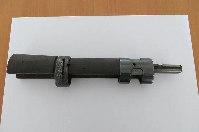 Něco pro milovníky zbraní: přední část pažby s kováním k pušce Mauser, standardní zbrani německé armády